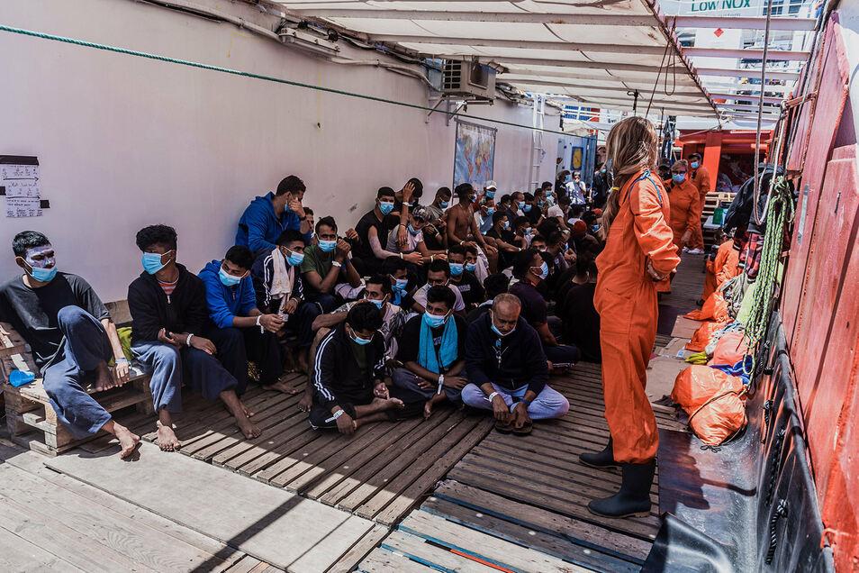 Geflüchtete an Bord des Rettungsschiff Ocean Viking, das auf Sizilien landen durfte.