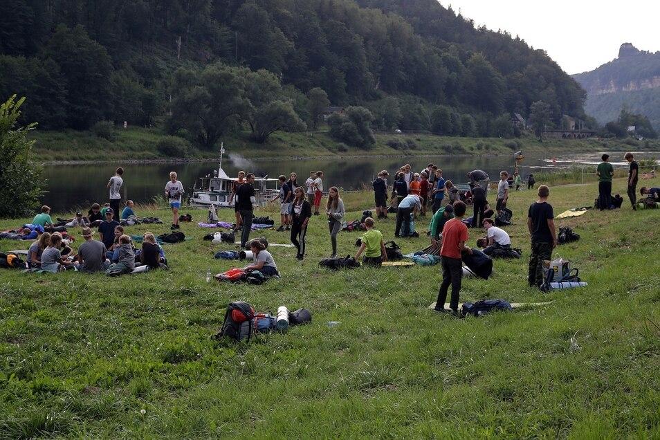 Mehr als 50 Teilnehmer eines Jugendcamps haben am Wochenende in Schmilka an der Elbe im Freien übernachtet. Die Aktion erntet nun Kritik.