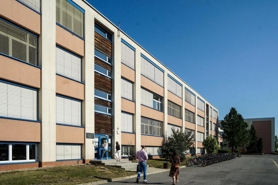 In den Sommerferien wurde am Kant-Gymnasium unter anderem der Sonnenschutz an der Südfassade erneuert. Derzeit laufen Malerarbeiten im Inneren des Gebäudes.