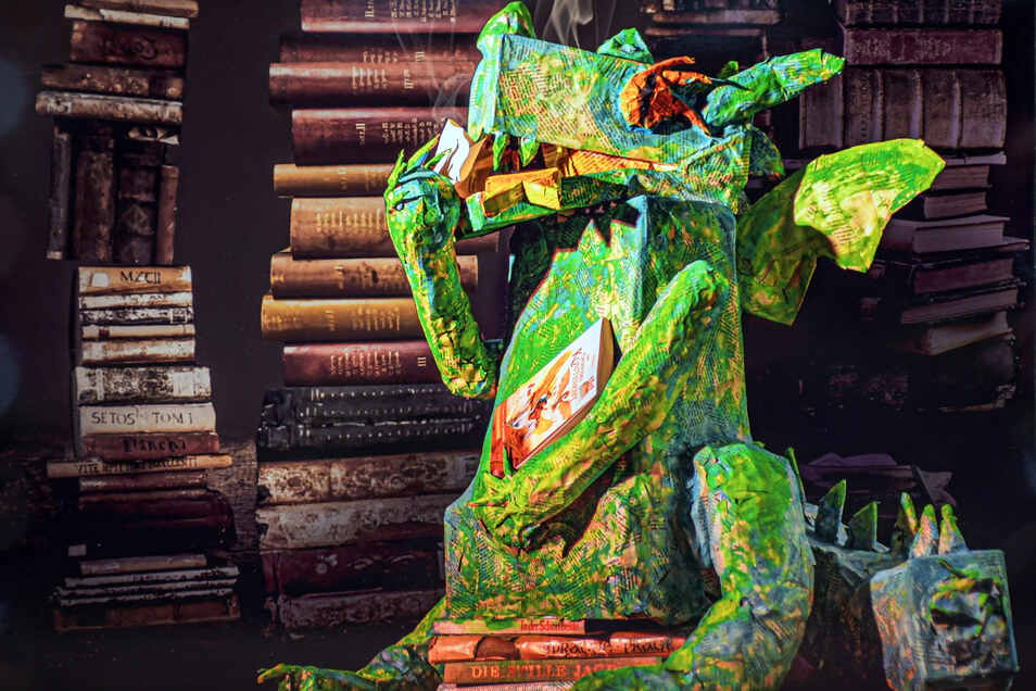 In der Ausstellungist auch der grüne Drache zu sehen, mit dem eine fünfte Klasse einen Preis gewinnen möchte.