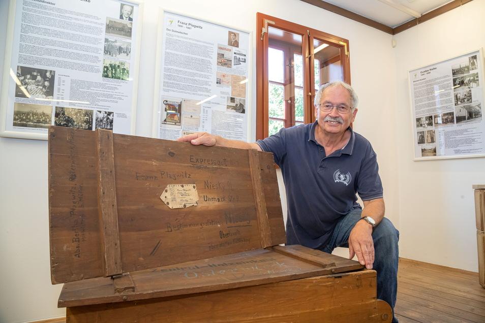 Enkel Otfried Plagwitz zeigt eine der Holzkisten seines Großvaters Franz Plagwitz. Er arbeitete bei Christoph & Unmack und ging damit 1945 auf die Flucht vor den Russen.