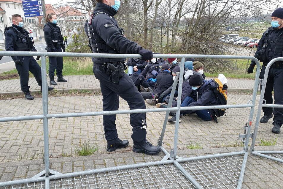 Die Polizisten an der Messe hielten sich auffällig zurück.