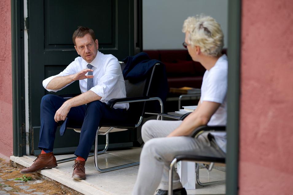 Kurze Pause zwischen den offiziellen Terminen: Michael Kretschmer unterhält sich mit Mitarbeitern der Villa Massimo.