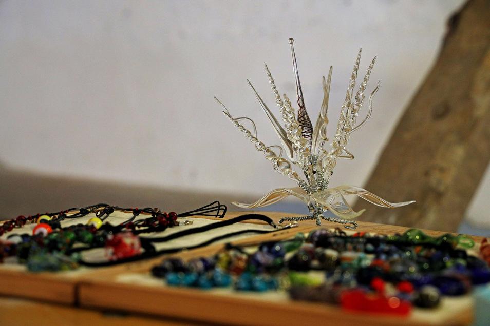 Ketten, Ohrringe, Perlen: So etwas kann im Glaskunstkurs entstehen. Je komplexer die Form, desto mehr Erfahrung braucht der Glaskünstler aber meist. Anfänger starten deshalb meist damit, kleine Perlen herzustellen.