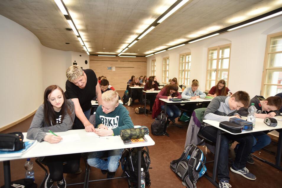 Auch die Klassenzimmer selbst haben geschwungene Wände. Durch die lange Fensterfront am Gebäude wirken die Räume hell und licht.