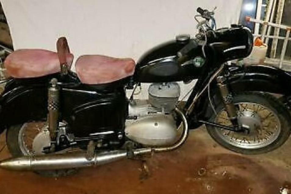 Dieses historische Motorrad aus DDR-Produktion sucht die Polizei noch. Es wurde aus einer Wilsdruffer Garage gestohlen.