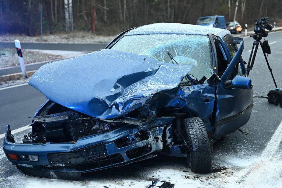 Der 22-jährige Fahrer des VW hat den Unfall verursacht. Er kam ins Krankenhaus.