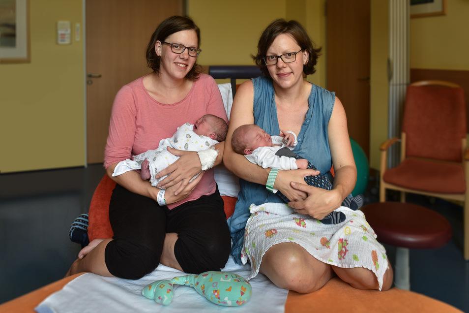 Sarah (li.) und Rahel sind eineiige Zwillingsschwestern. Ihre Söhne Vigo (li.) und Janosch kamen beide Donnerstag zur Welt.