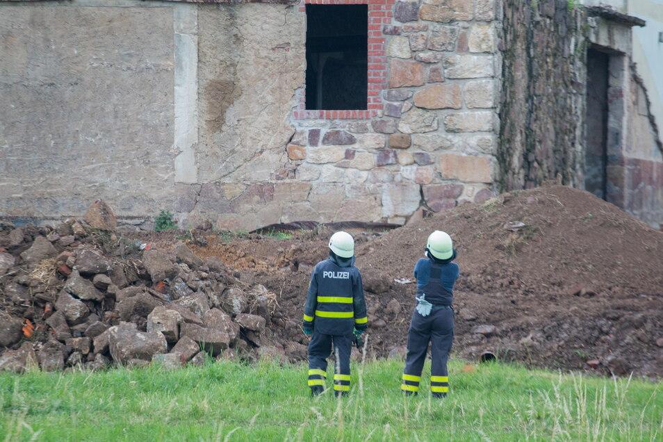Ein Tag nach der verheerenden Brand der Theaterscheune in Strocken: Brandursachenermittler der Kriminalpolizei untersuchen am Donnerstagmorgen die Brandstelle.