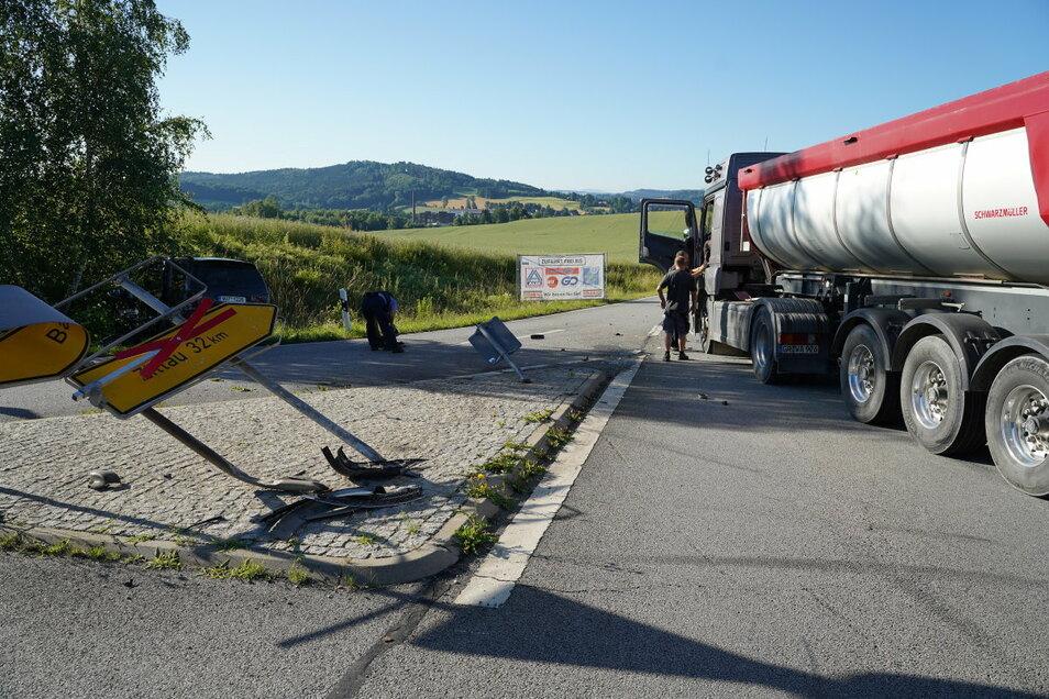 Bei dem Unfall auf der B96 wurden zwei Personen verletzt.
