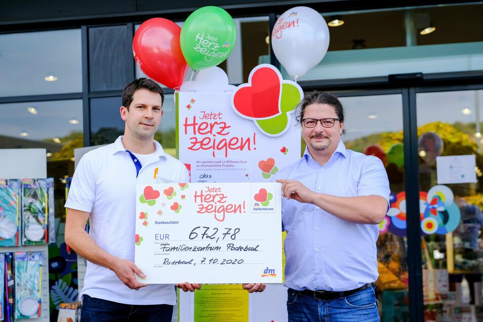 Rico Wunderlich (l.) überreichte vor dem dm-Markt den Spendenscheck an Mathias Abraham.