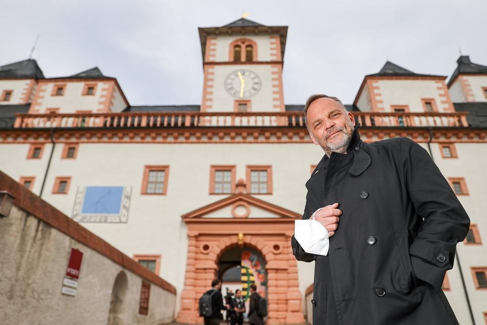 Dirk Neubauer (SPD), Bürgermeister der Kleinstadt Augustusburg, steht vor dem Schloss.