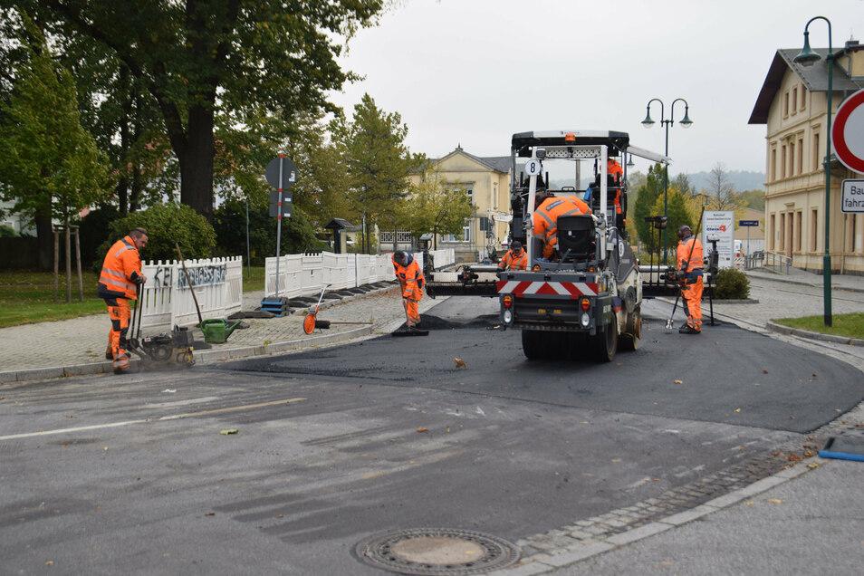 Asphalteinbau auf der Dr.-Otto-Nuschke-Straße in Neustadt. Jetzt ist sie wieder frei.