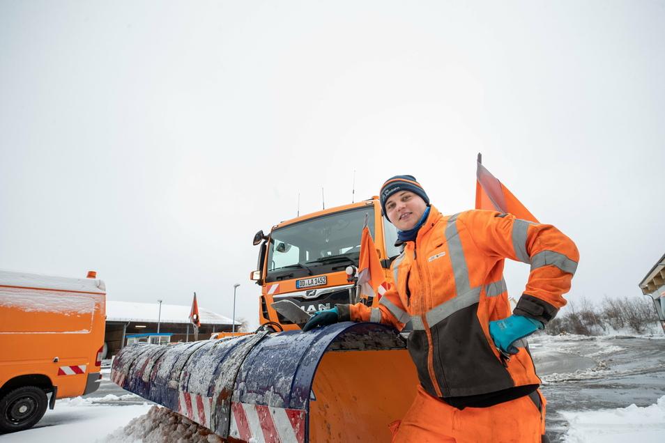 Heiß auf Schnee und Eis: Florian Oertel und sein MAN. Der 19-Jährige aus Mohorn gehört zu den jüngsten Straßenwärtern der neuen Autobahn GmbH.