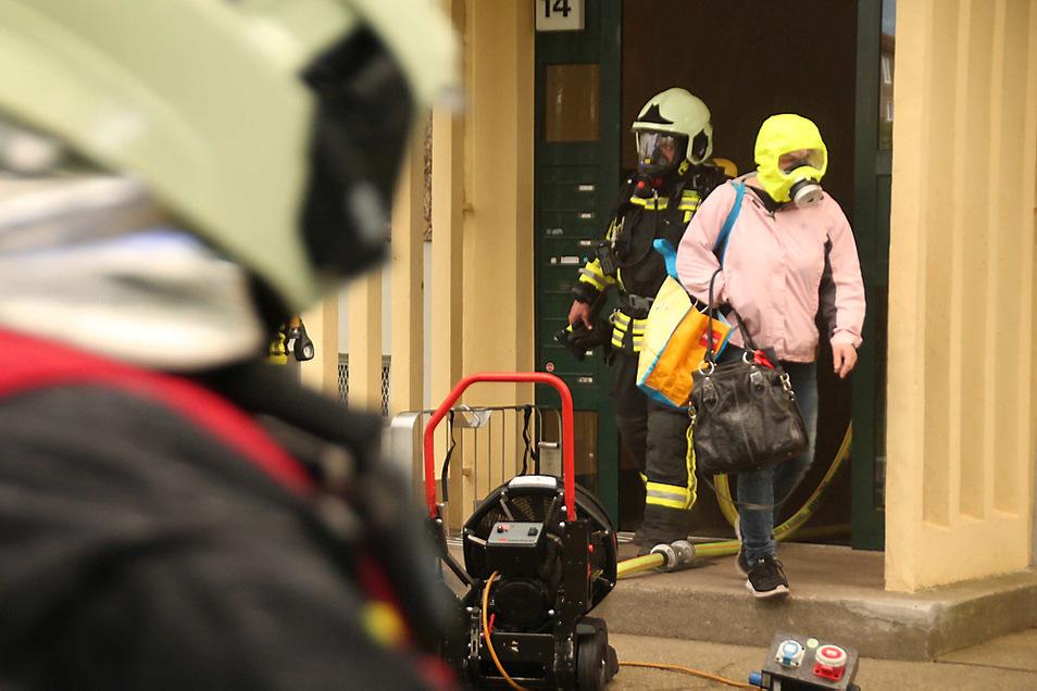 Ein Bewohner des Hauses in der Lilienthalstraße wurde durch die Feuerwehr mit einer Brandschutzhaube aus dem Haus begleitet.