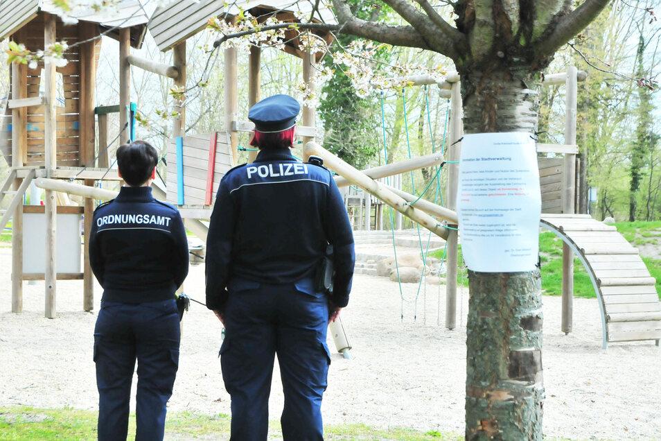 """""""Spielplatz, betreten verboten"""": Die Ordungshüter haben einen wachsamen Blick auf die betroffenen Areale."""