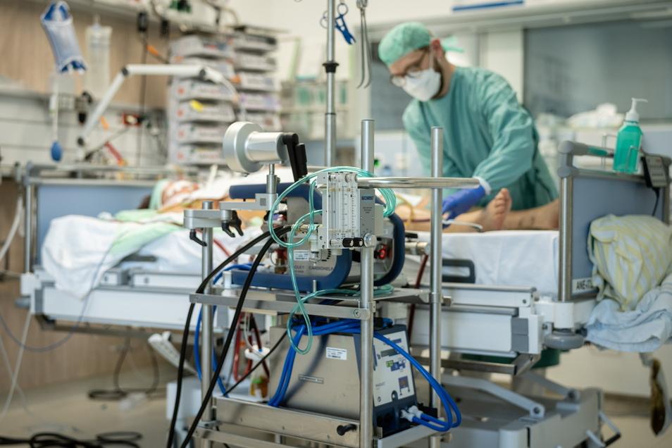 Bei einem schweren Verlauf müssen Patienten beatmet und regelmäßig umgelagert werden.