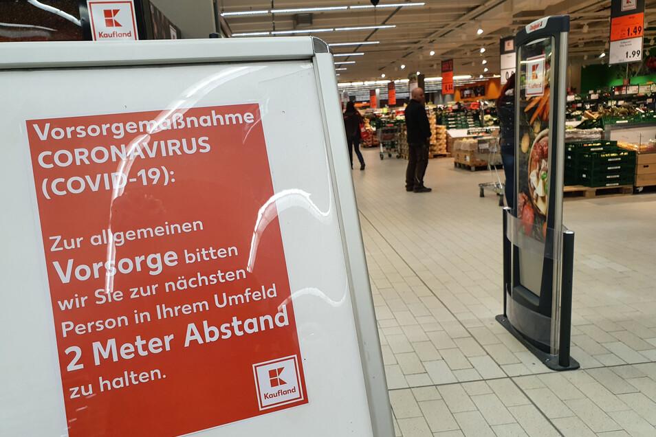 Im Kaufland des Kaufparks Nickern weist ein Aufsteller darauf hin, zur nächsten Person zwei Meter Abstand zu halten.