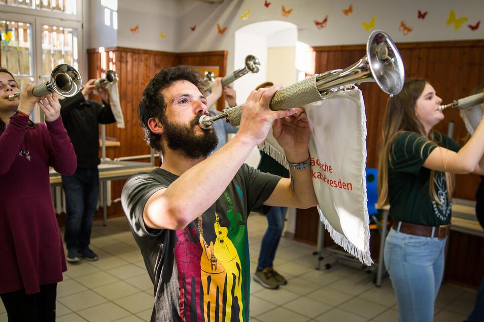 Im Speisesaal der 25. Oberschule probt der Dresdner Fanfarenzug für große Ziele. Der Flug zur Weltmeisterschaft ist bereits seit Wochen gebucht.