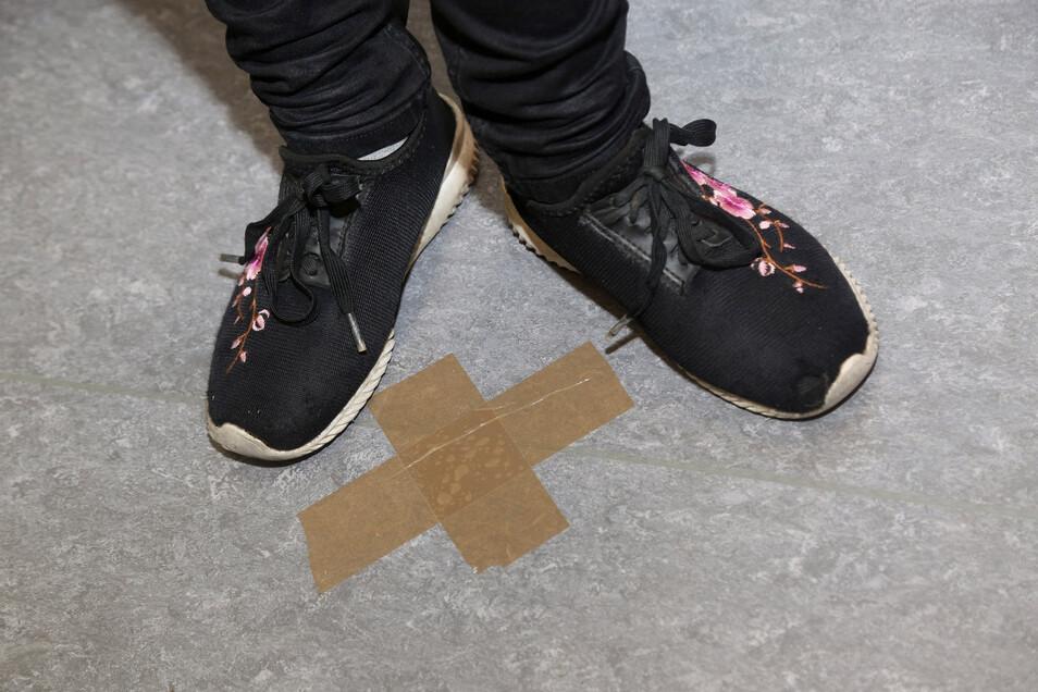 In der Siebdruck-Werkstatt der Nünchritzer Kombi markieren Kreuze auf dem Fußboden, wo man stehen soll.