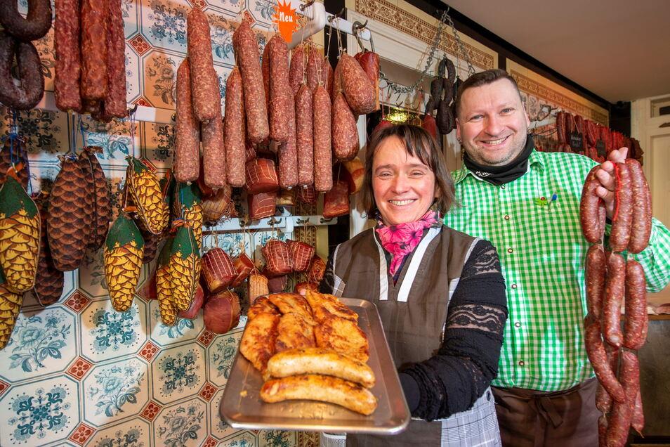Andrea Liebmann und Ronny Teupner verkaufen in der Fleischerei Roß Spezialitäten aus Thüringen und selbst gemachte Salate.