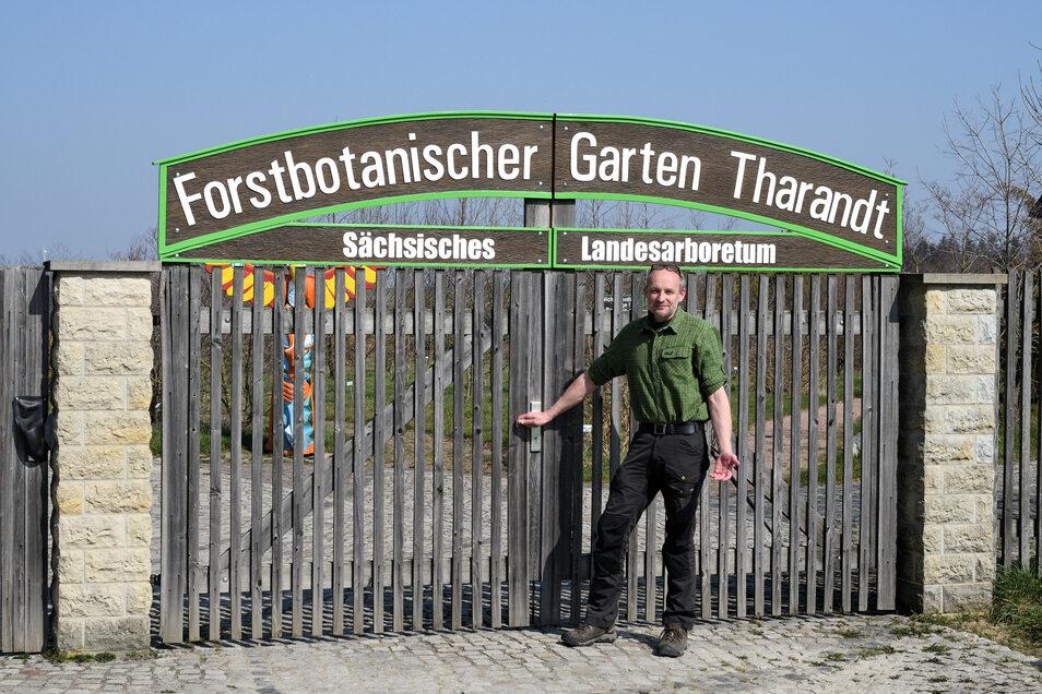 Kustos Ulrich Pietzarka steht am geschlossenen Tor zum Forstpark in Kurort Hartha. Der Forstbotanische Garten Tharandt musste den Saisonbeginn verschieben.