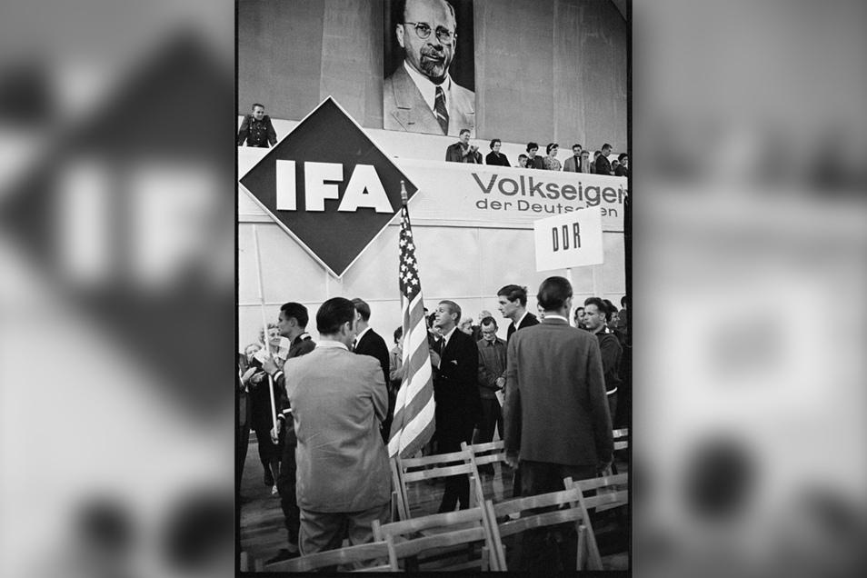 Steve McQueen als Fahnenträger für das Teams aus den USA bei der Eröffnungsfeier in der Thüringenhalle von Erfurt.