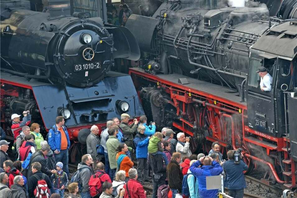 Die Schnellzuglokomotive der Baureihe 03 aus Halle (l) und die Personenzuglokomotive 23 1019 vom Lausitzer Dampfllokclub sind ein belebtes Fotomotiv.