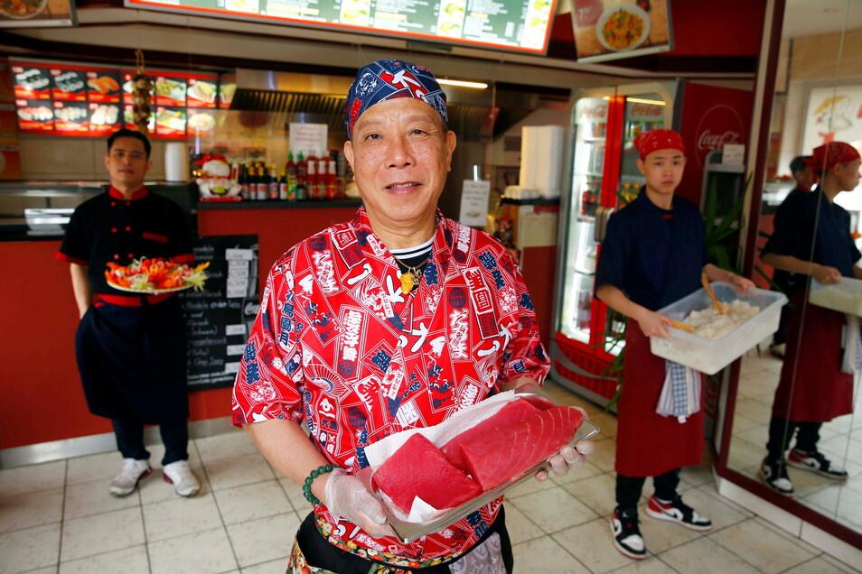 """Im """"Mama Wok"""" in Kamenz gibt es jetzt auch Sushi. Inhaber Dam Quang Trung (l.) hat dafür zwei neue Mitarbeiter eingestellt: Sushi-Meister Bui Van Binh (M.) und seinen Sohn Bui Bao Quoc Trung."""