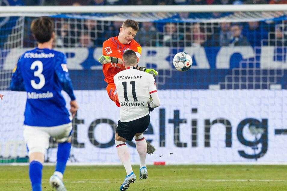 Für diesen Tritt gegen Frankfurts Mijat Gacinovic sah Schalkes Torwart Alexander Nübel Rot. Jetzt sorgt er mit einer Entscheidung für Ärger.