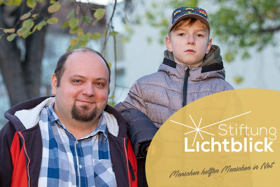 Stark wie ein Baum wollen sie sein: Enrico Holzerland und sein neunjähriger Sohn Nico halten dafür fest zusammen.