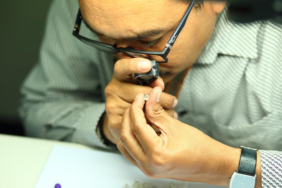 Bei Diamanten müssen Experten mit Lupe ganz genau hingucken, um den Wert zu ermitteln. Auch Fabian Kahl (nicht im Bild) kennt sich damit aus.