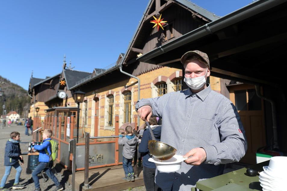 Seit dem Osterfest ist die Naturpark-Fleischerei Wagner der neue Betreiber des Dampfbahn-Cafes im Oybiner Bahnhof. Am Wochenende bewirteten sie die Ausflügler mit Kesselgulasch, Bratwurst und hausgemachten Kuchen.