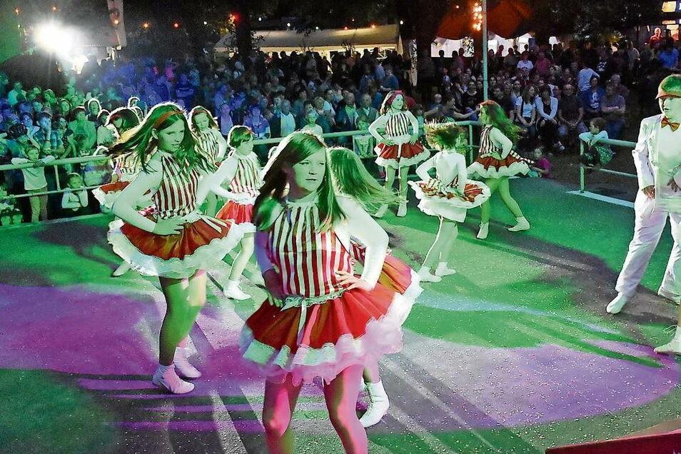 Trubel während der traditionellen Frühlingsnacht auf dem Festplatz in Rietschen. Karnevalisten mehrerer Vereine zeigen dabei ihr Können auf der Tanzfläche. Dieses Bild wird sich freilich im Corona-Frühjahr 2021 eben so wenig bieten können wie 2020.