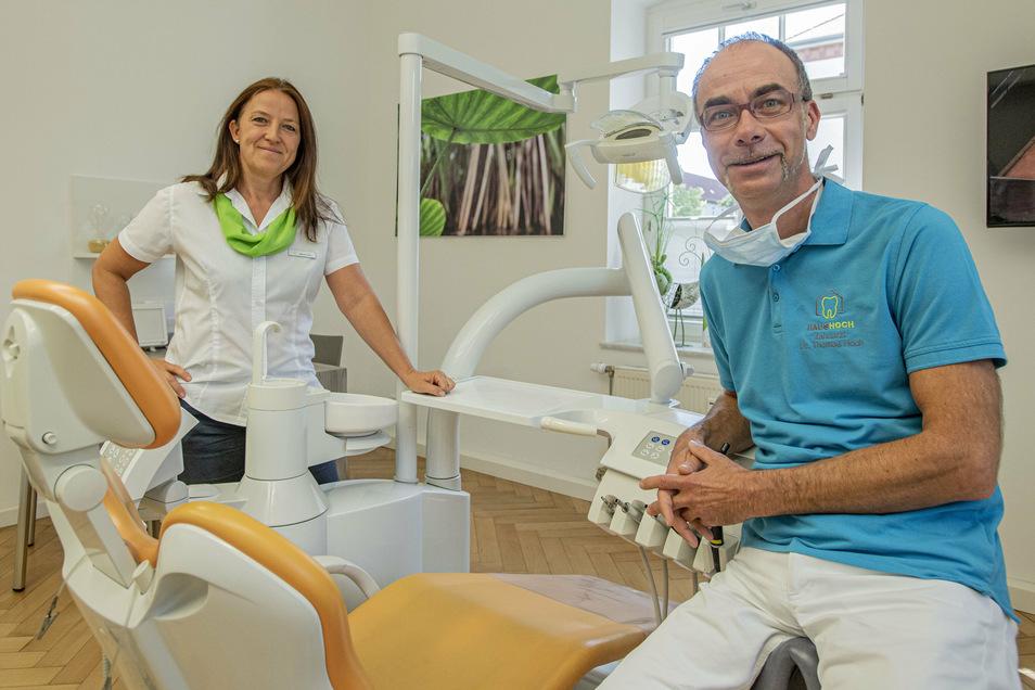 """Mareen und Dr. Thomas Hoch in ihrer Zahnarztpraxis """"Haus Hoch"""" am Garnisonsplatz in Kamenz. Hier können sich bei Bedarf auch Corona-Kranke behandeln lassen."""
