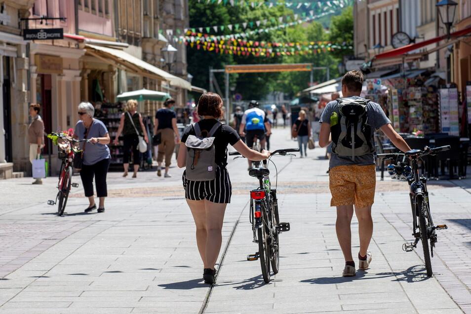 Das Leben kehrt in die Innenstadt von Pirna zurück. Eine Mischung von Touristen und Einwohnern ist auf der Dohnaischen Straße unterwegs.