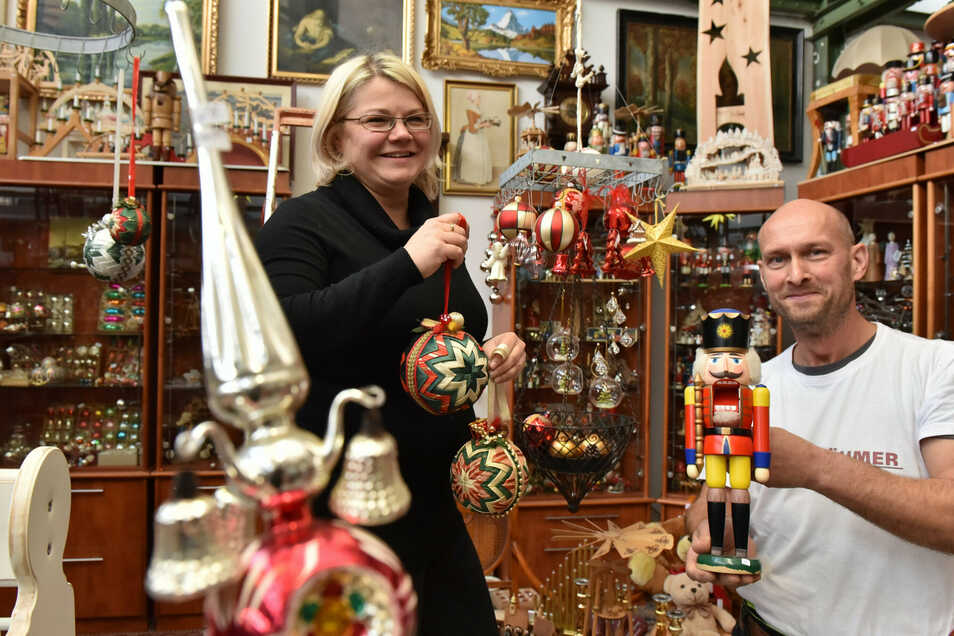 """""""Die Beräumer"""" des Freitaler A&V an der Coschützer Straße 88, Jens Michalzik und Anke Kirmse, bauen die Weihnachtsecke auf."""