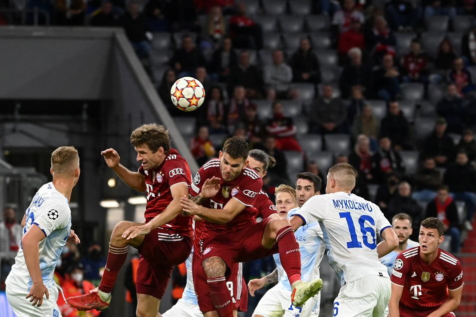 Kiews Wladyslaw Suprjaha (l-r) in Aktion gegen Münchens Thomas Müller und Lucas Hernandez.