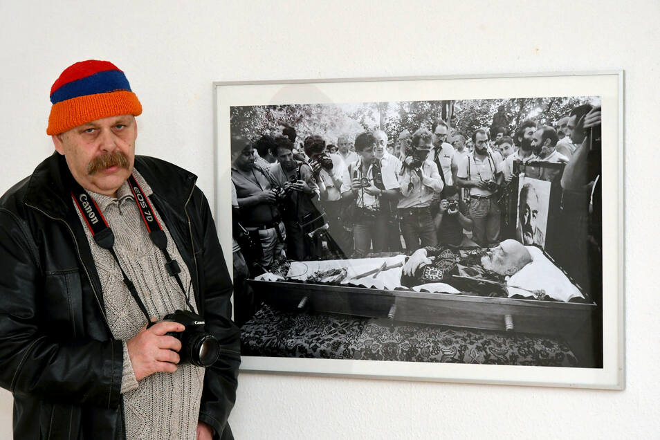 """Kurator Holger Wendland mit dem Foto """"Totenschau"""" von Yuri Mechitov im Einnehmerhaus Freital."""