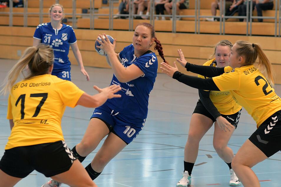 Doreen Böhme (am Ball), die acht Tore für die HSG-Sieben erzielte, ist von drei Gegenspielerinnen umringt. Hinten beobachtet Celine Stiller die Aktion.