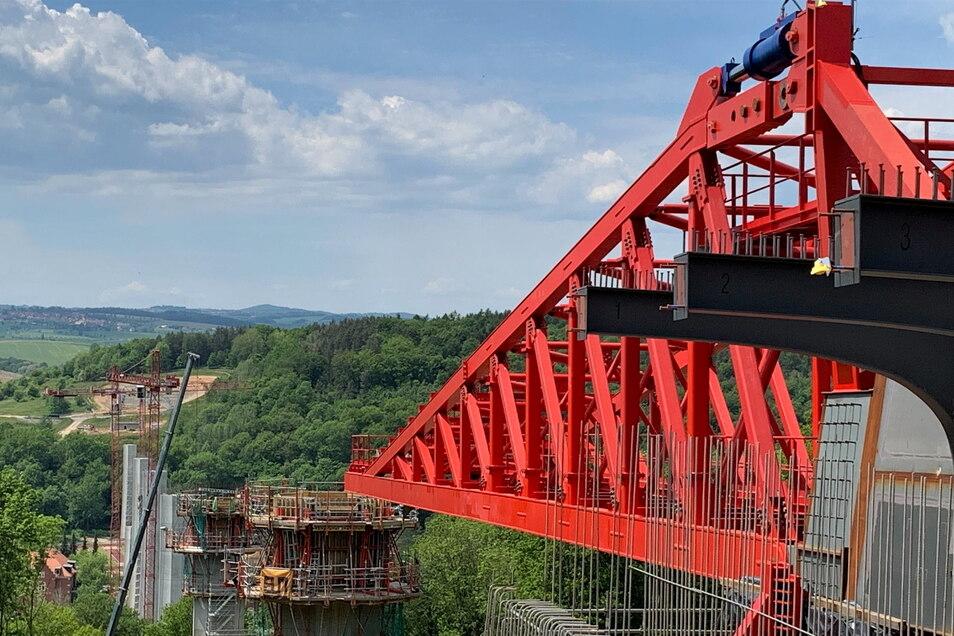 Helfender Koloss: Der rote Vorbauschnabel hebt die durchhängende Brücke vor jedem Pfeiler wieder in die Waagerechte.