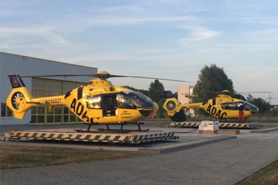 """Zwei Dreißigjährige: """"Christoph 61"""" (li.) konnte 2020 sein 30-jähriges Dienstjubiläum feiern, """"Christoph 63"""" (r.) ist jetzt dran. Heute sind beide Helikopter vom Typ Airbus EC135 - und kommen immer wieder auch nach Riesa."""