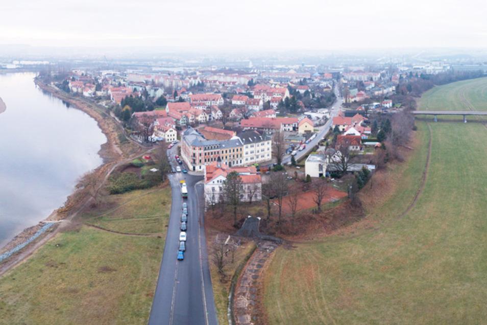 Ein Blick auf die Übigauer Insel, die zwischen Elbe und Flutrinne liegt. Mit Mauern und Deichen soll sie künftig besser vor Hochwasser geschützt werden.