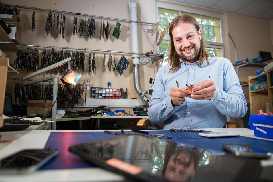 Neben Notebooks nimmt Alexander Eölyüs in seiner IT-Firma im Dresdner Norden regelmäßig Smartphones auseinander.