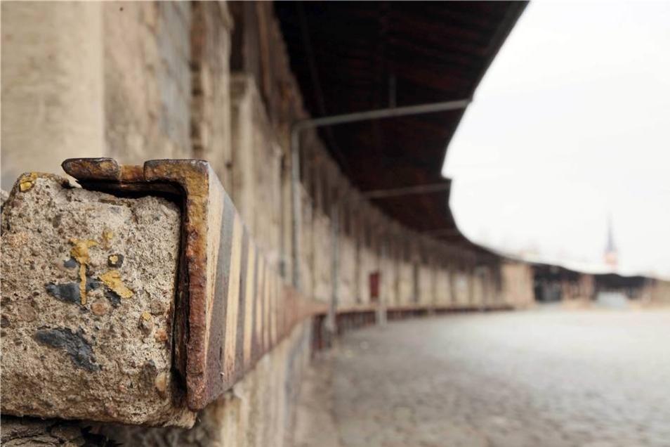 In dem langgeschwungenen Schuppen gegenüber befindet sich das Lager der Spedition.Stefan Becker