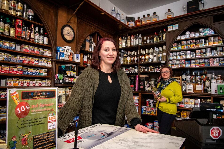 """Claudia (links) und Yvonne Roßberg von der gleichnamigen Weinhandlung sind froh, dass sie für ihre Kunden da sein dürfen. """"Die Pandemie schlägt vielen Leuten aufs Gemüt"""", sagen sie."""