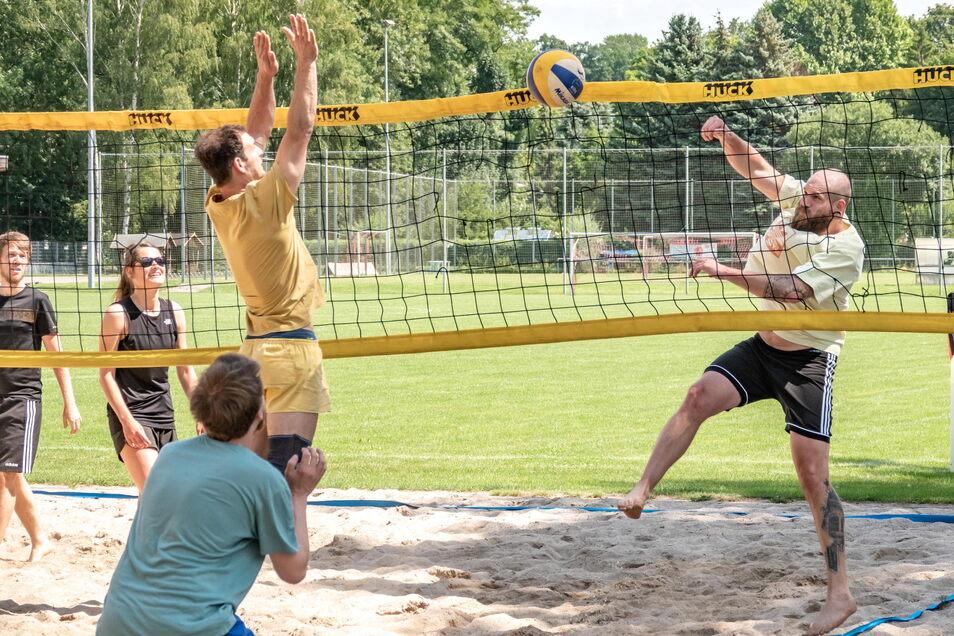 Auf dem Sandplatz am Lok-Stadion kämpften am Samstag beim Fairplay-Volleyballturnier fünf Teams um die Plätze.