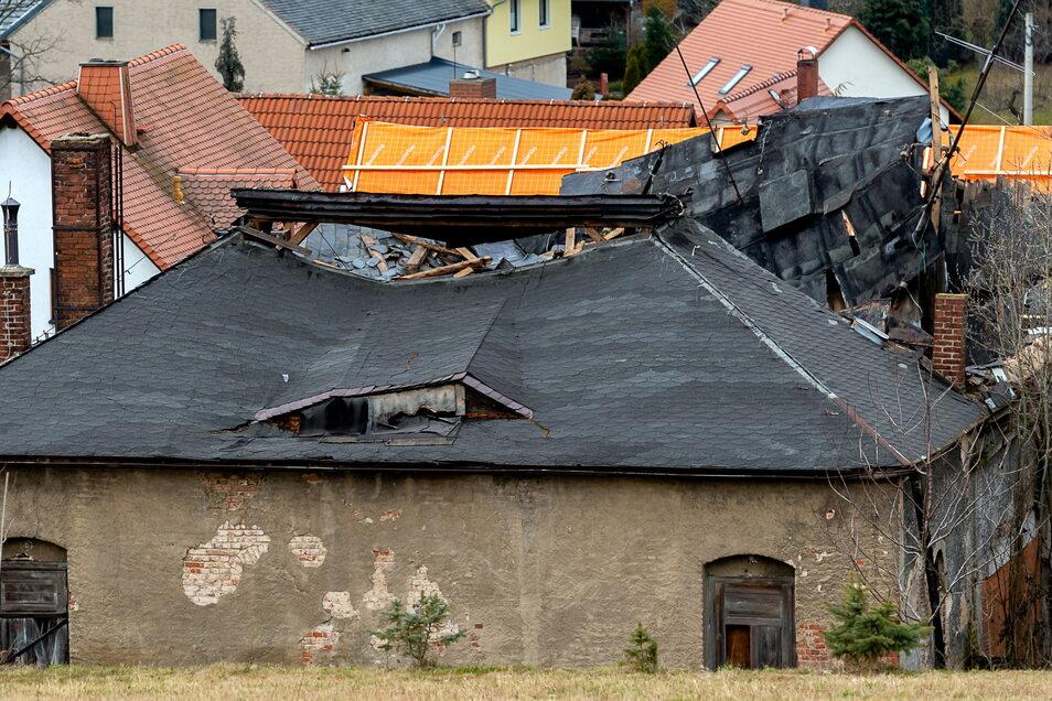 Weil Teile des Gebäudes auf die Bundesstraße zu fallen drohten, unternahm die Gemeinde Großpostwitz im Februar vergangenen Jahres Notsicherungsmaßnahmen am Raschaer Gasthof. Die Kosten dafür beliefen sich auf rund 4.000 Euro.