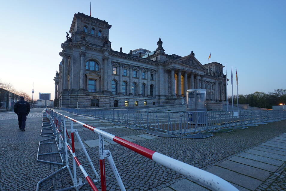 Ein doppelter Zaun ist seit dem frühen Morgen vor dem Reichstagsgebäude aufgebaut. Für heute ist eine Demonstration gegen die Corona-Beschränkungen angekündigt.