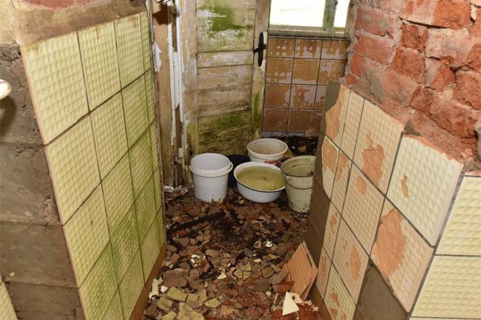 An einzelnen Stellen ist das Dach undicht. Noch müssen Eimer helfen, das hereintropfende Wasser aufzufangen.